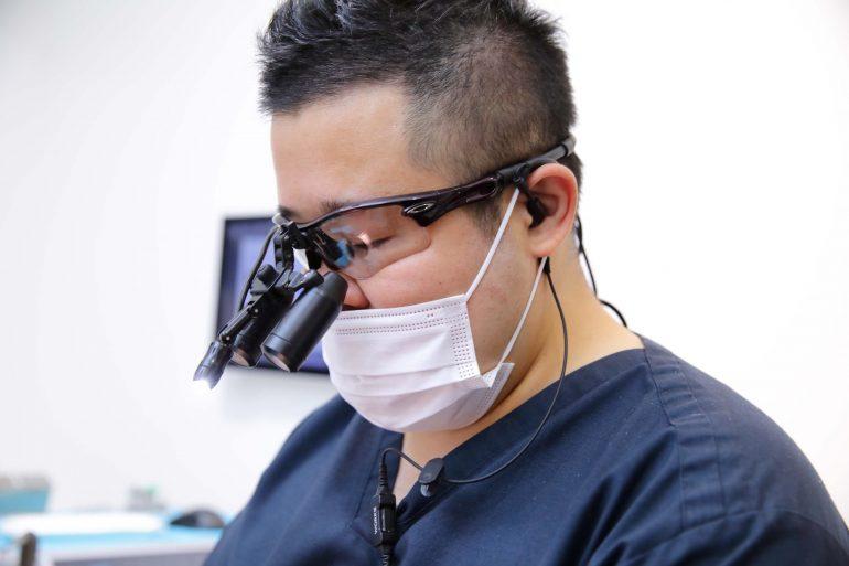マイクロスコープ、拡大鏡を使用しての治療